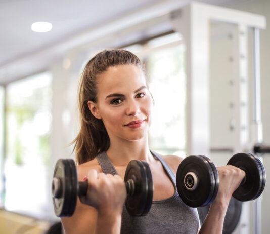 kvinde med håndvægte